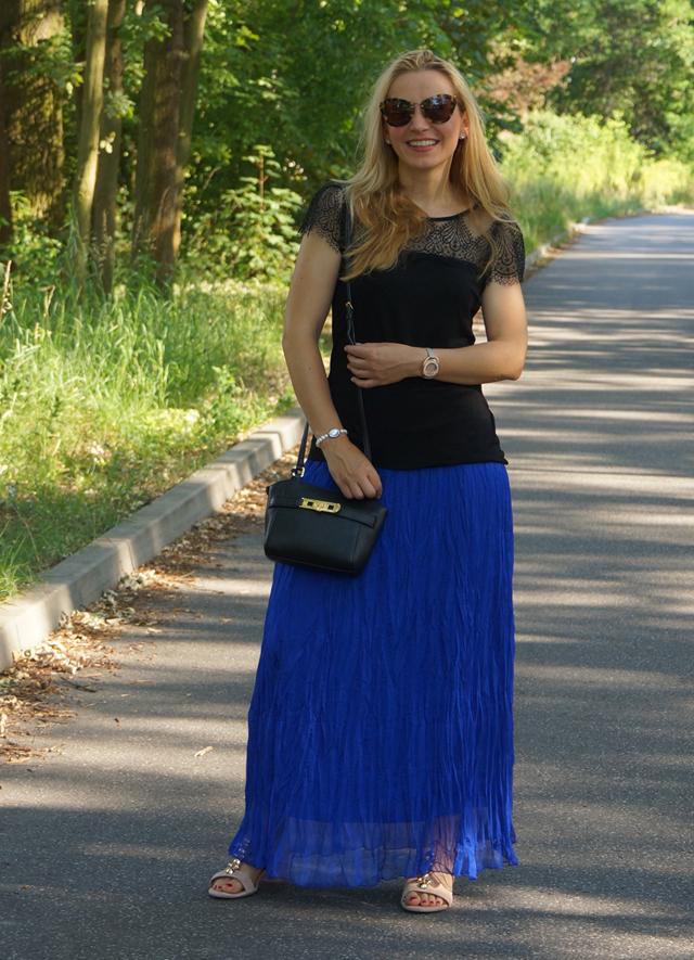 Outfit Blauer Maxirock & schwarzes Spitzen-Shirt 05