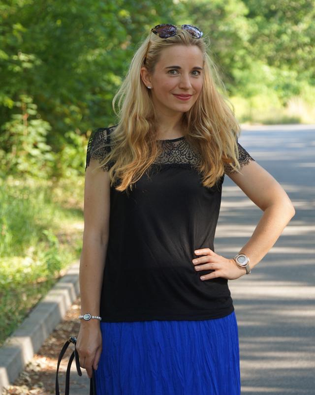 Outfit Blauer Maxirock & schwarzes Spitzen-Shirt 08