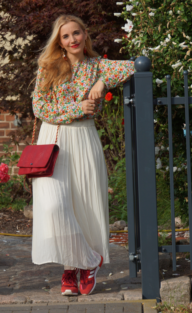 Outfit Blümchenoberteil & rote Accessoires 02