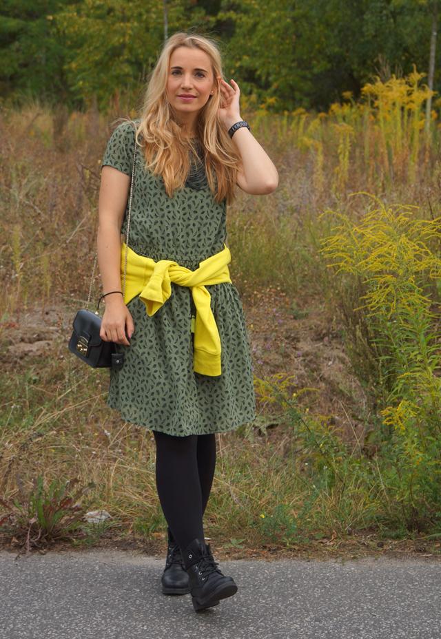 Outfit Grünes Kleid und schwarze Biker-Boots 04