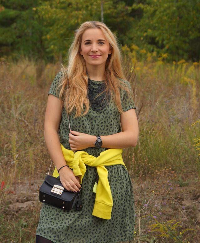 Outfit Grünes Kleid und schwarze Biker-Boots 07