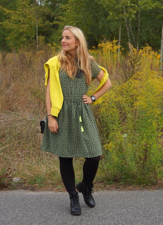 Outfit Grünes Kleid und schwarze Biker-Boots 03