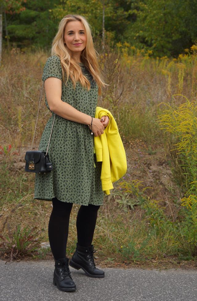 Outfit Grünes Kleid und schwarze Biker-Boots 06
