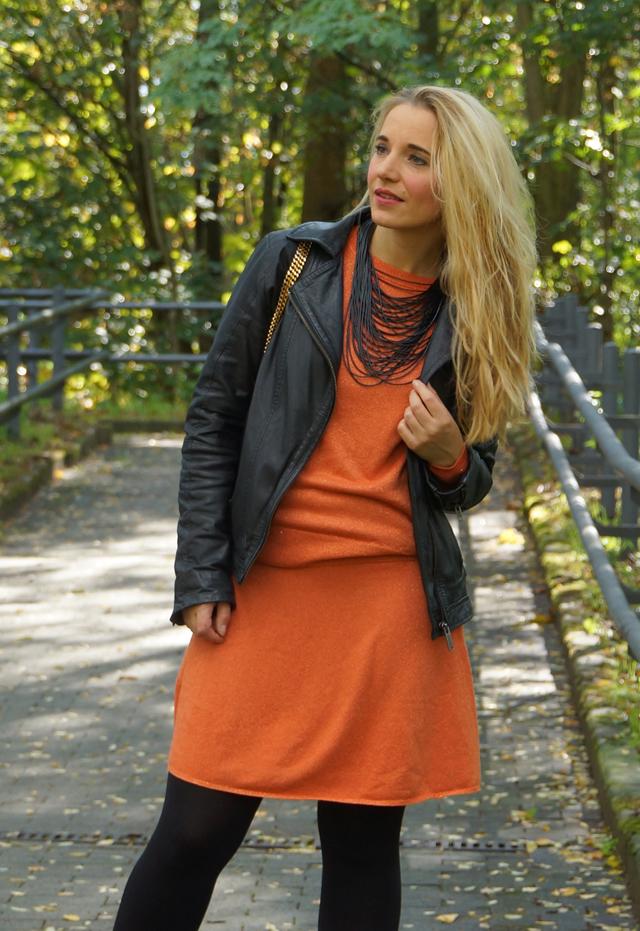 Outfit Orangefarbener Zweiteiler Lederjacke 04