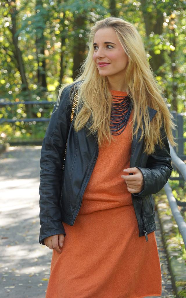 Outfit Orangefarbener Zweiteiler Lederjacke 07