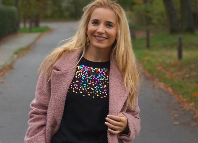 Outfit Pullover mit bunten Pailletten blauer Rock 01