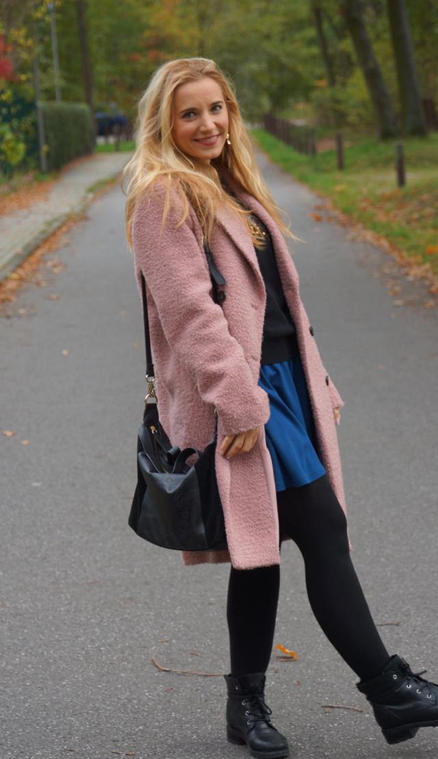 Outfit Pullover mit bunten Pailletten blauer Rock 02