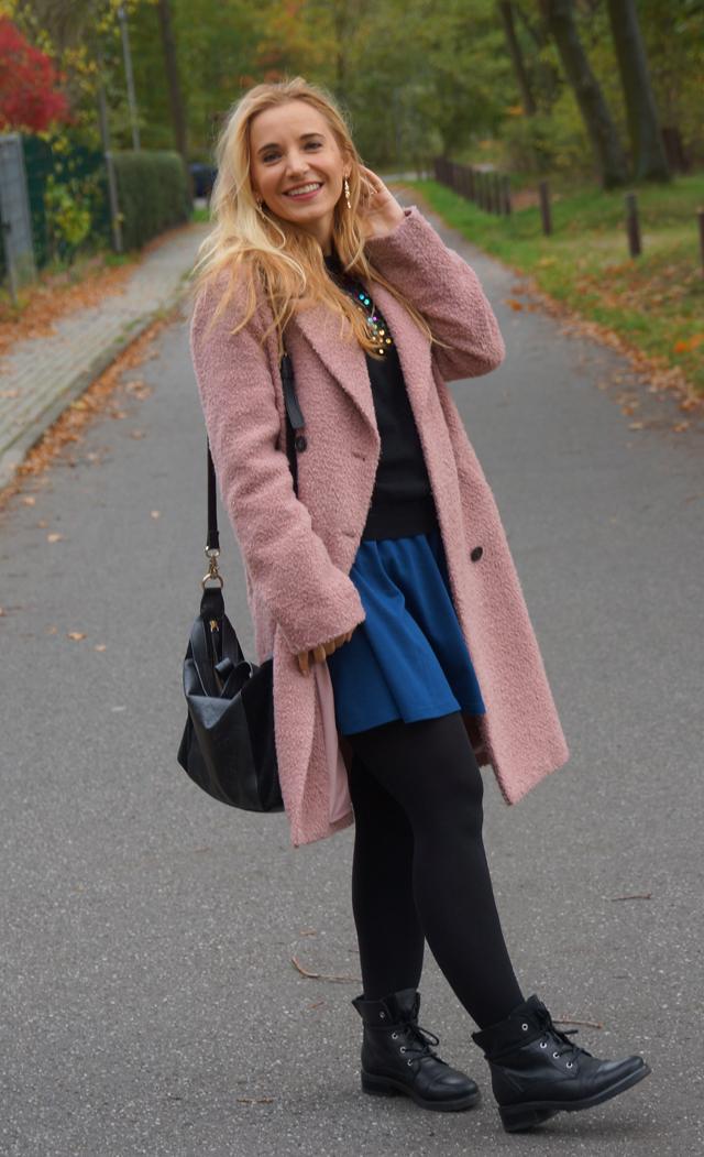 Outfit Pullover mit bunten Pailletten blauer Rock 04