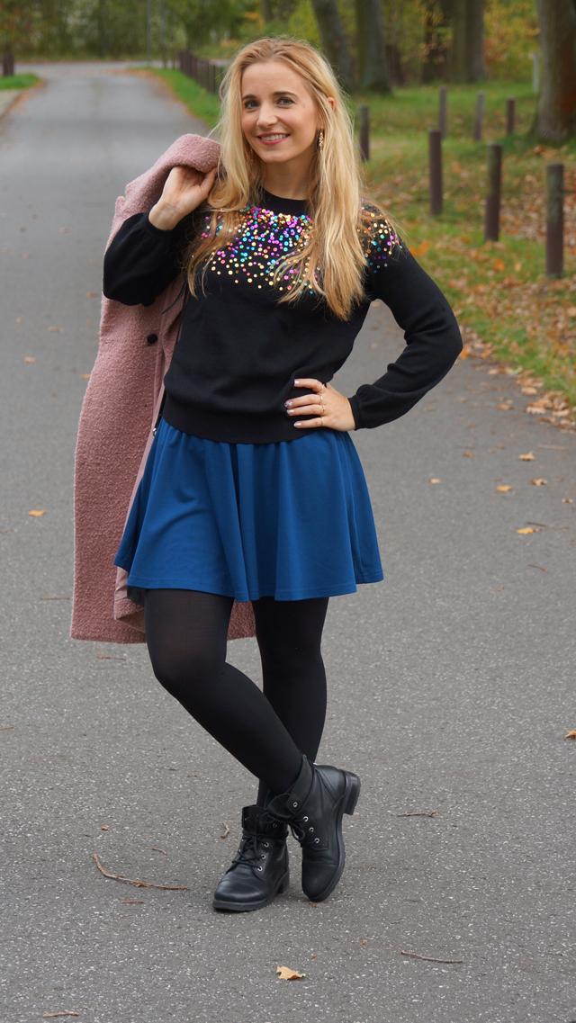 Outfit Pullover mit bunten Pailletten blauer Rock 05