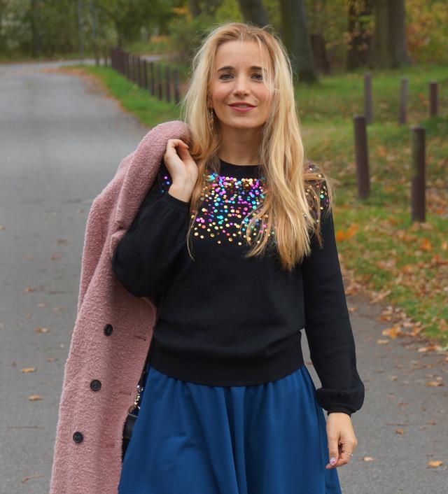 Outfit Pullover mit bunten Pailletten blauer Rock 06