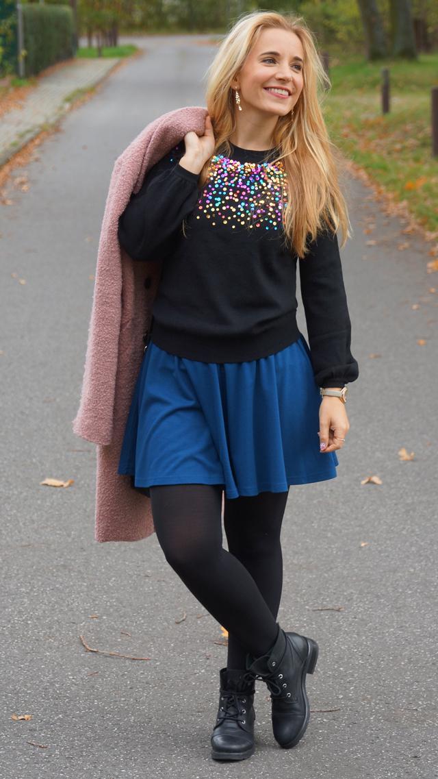 Outfit Pullover mit bunten Pailletten blauer Rock 08