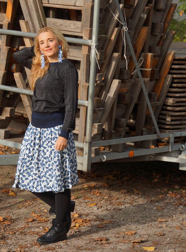 Outfit Karl Glitzer-Pulli & Ginkgo-Print Rock 02