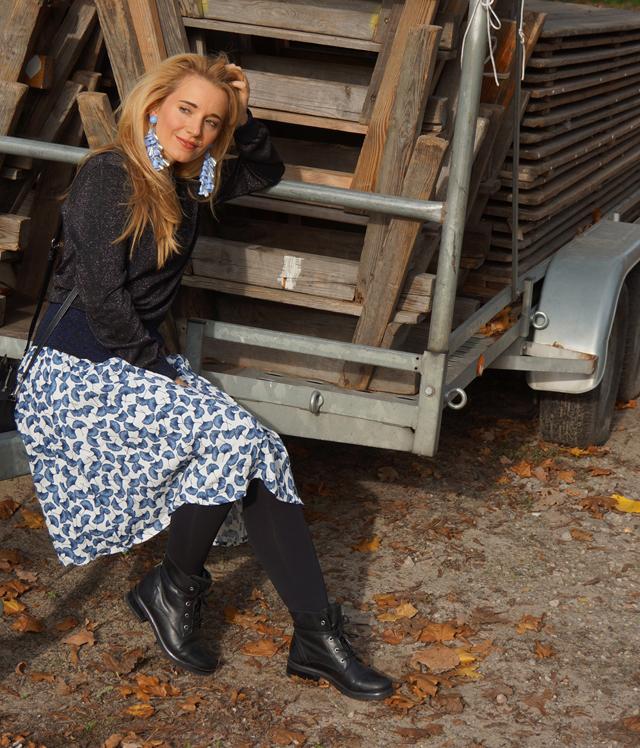 Outfit Karl Glitzer-Pulli & Ginkgo-Print Rock 06