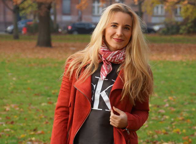 Outfit Logo-Pullover im Herbststyle 01