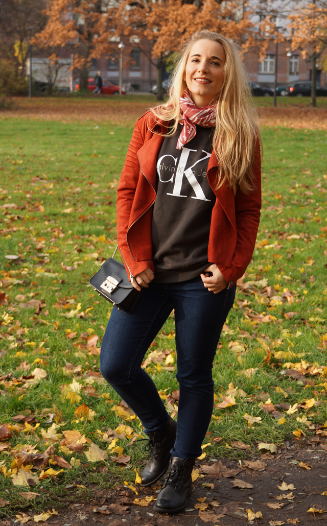 Outfit Logo-Pullover im Herbststyle 02