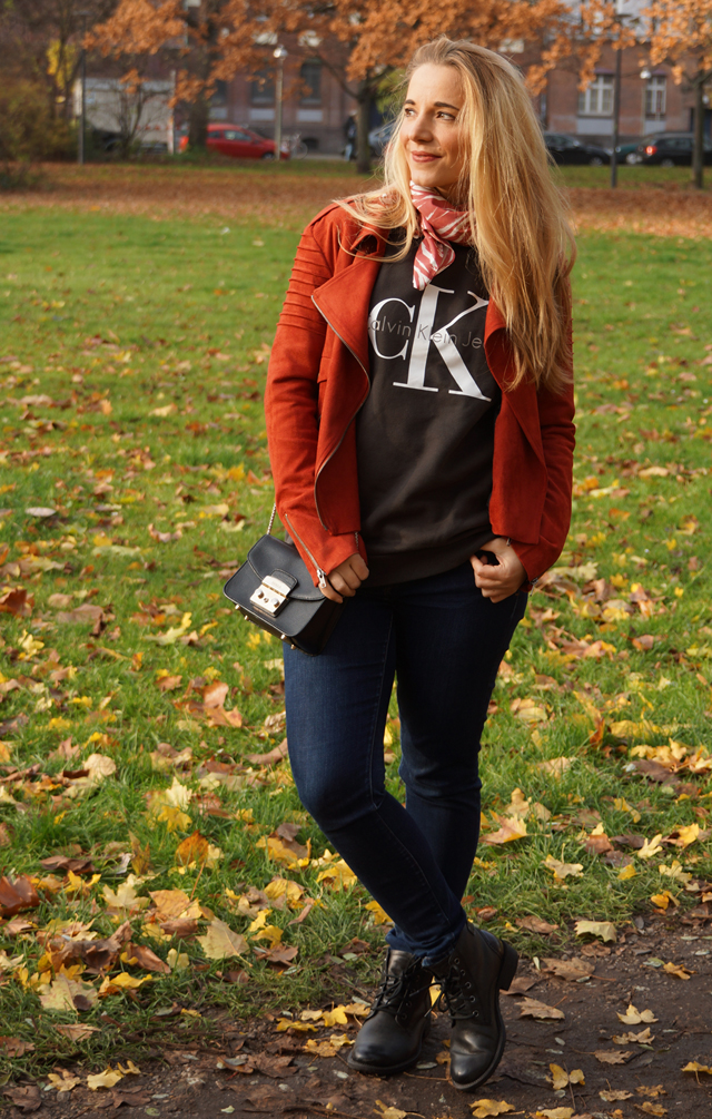 Outfit Logo-Pullover im Herbststyle 03