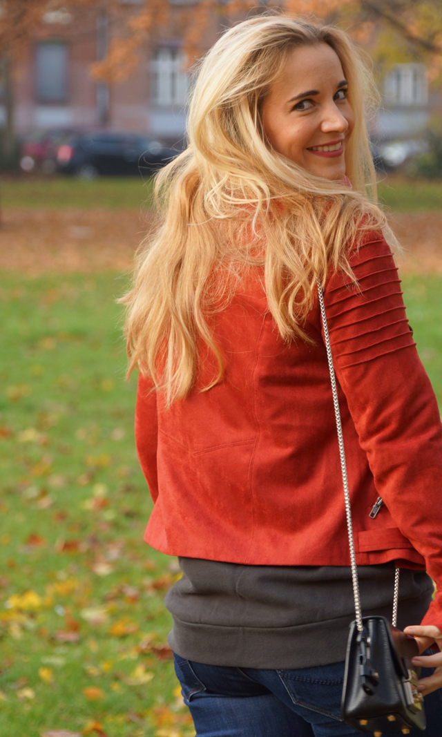 Outfit Logo-Pullover im Herbststyle 05