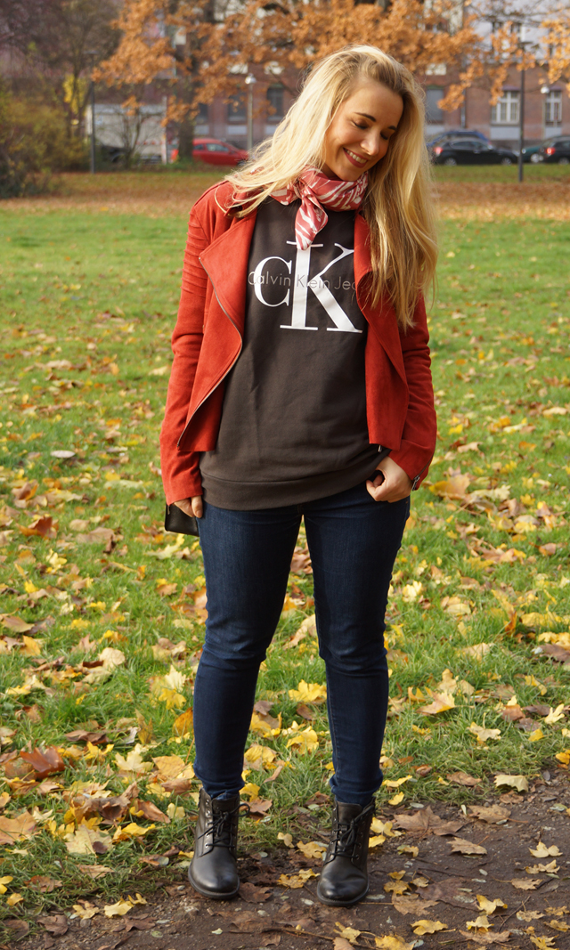 Outfit Logo-Pullover im Herbststyle 06