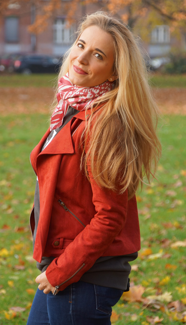 Outfit Logo-Pullover im Herbststyle 08