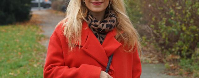 Outfit Roter Mantel und Tweed Tasche 01