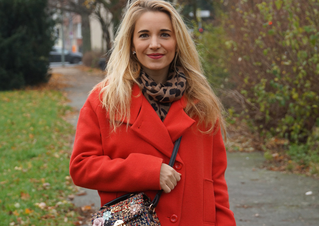 Outfit Roter Mantel und Tweed Tasche 01