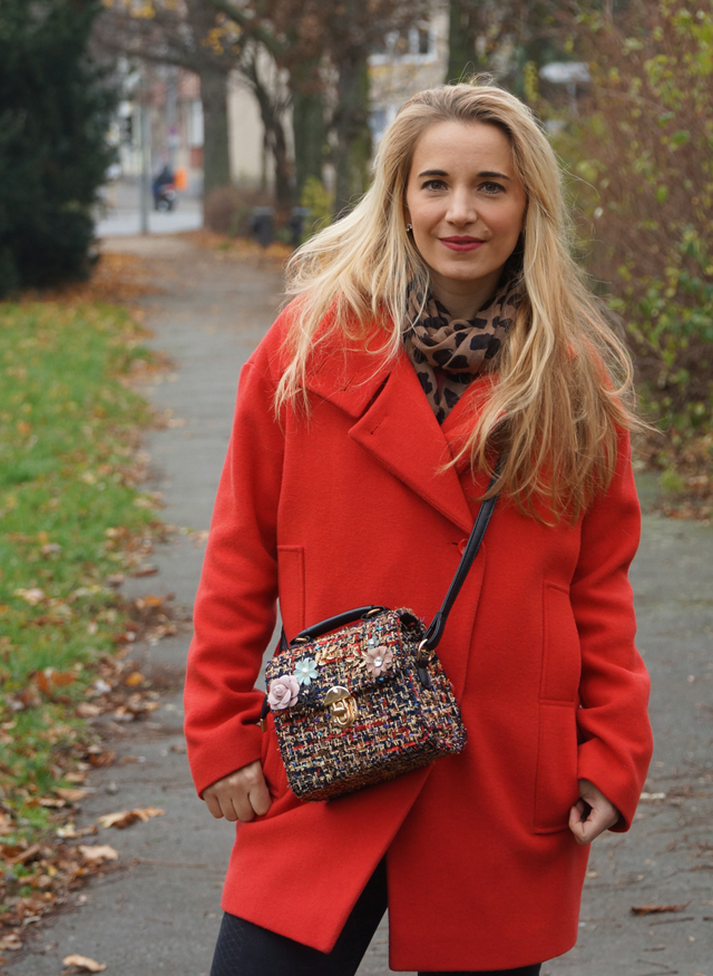 Outfit Roter Mantel und Tweed Tasche 02