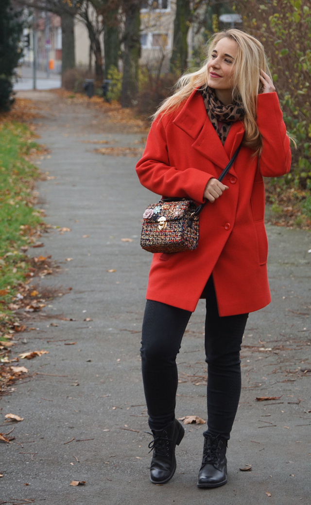 Outfit Roter Mantel und Tweed Tasche 03