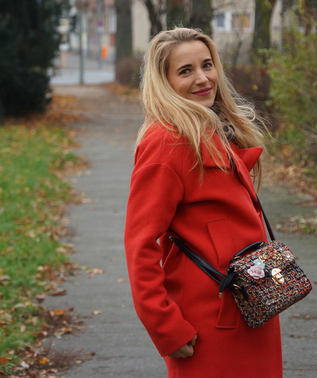 Outfit Roter Mantel und Tweed Tasche 04