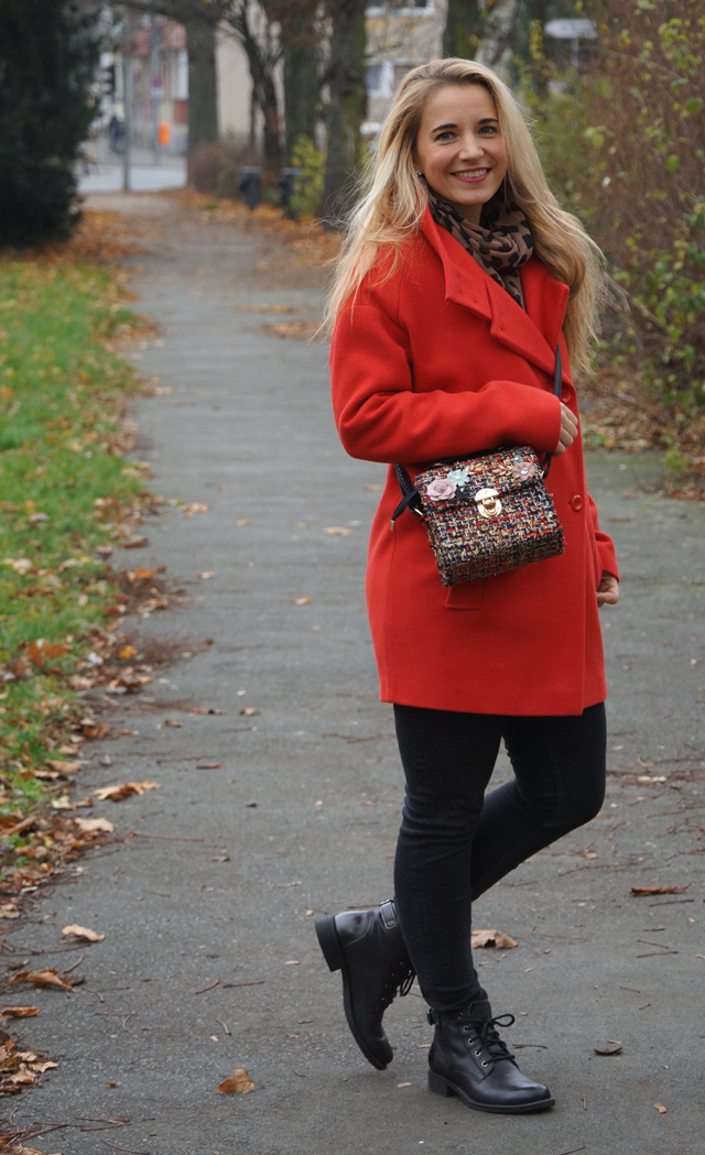 Outfit Roter Mantel und Tweed Tasche 05