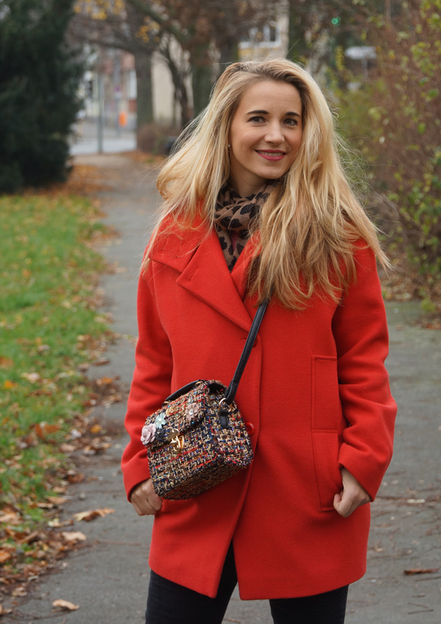 Outfit Roter Mantel und Tweed Tasche 06