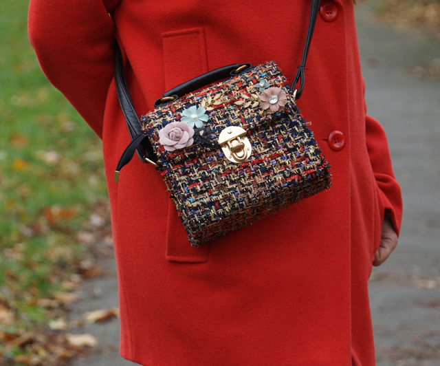 Outfit Roter Mantel und Tweed Tasche 07