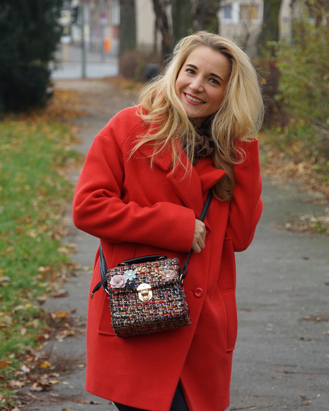 Outfit Roter Mantel und Tweed Tasche 08