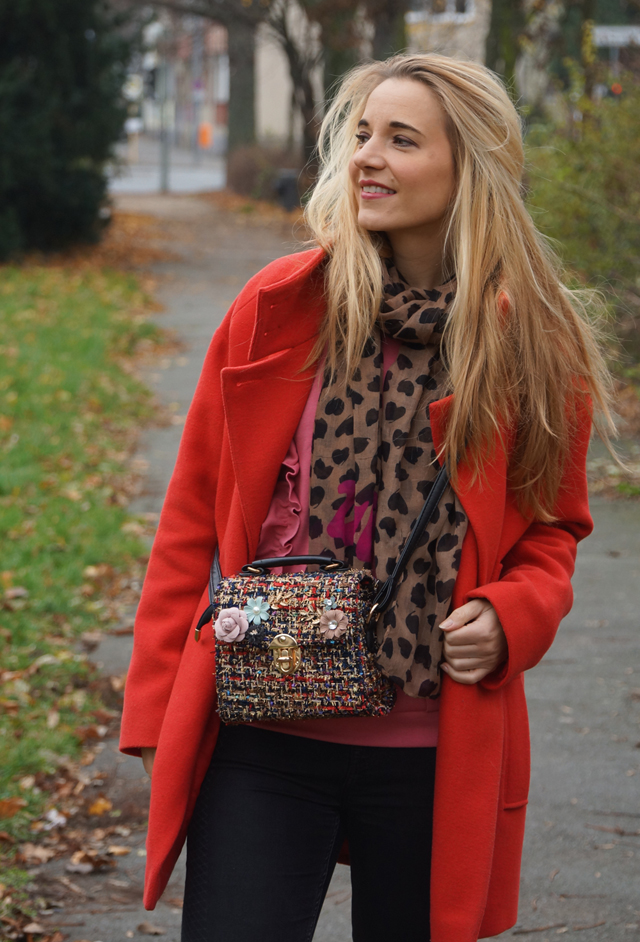 Outfit Roter Mantel und Tweed Tasche 09